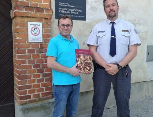 Inštitut Stopinje doniral knjige zaporu na Igu